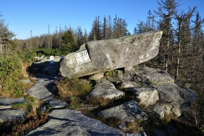 Vrcholové foto s hraničním kamenem.