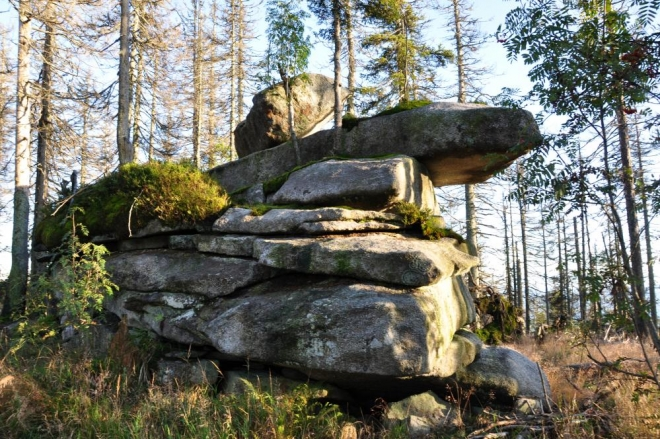 Nedaleko odtud jsou roztroušeny i další skaliska roztodivných tvarů.