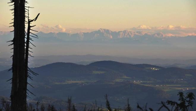 Osvětlení vápencových Východních Alp je večer skvělé, nemám s sebou ale stojan a tak musí stačit zapření Nikonu o pahýl smrku. Odhaduji, že se jedná buď o Totes Gebierge a 2,5km Gross Priel, nebo o hřeben Hochschwabu. Obě pohoří jsem měl možnost navštívit.