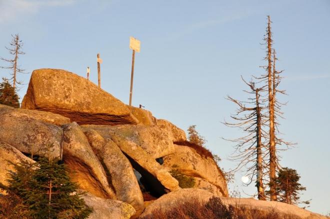 Slunce zbarvuje kamenný val Plechýho dorůžova, nikde ani človíčka.
