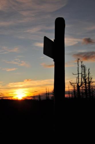 Stojím na nejvyšším bodě české Šumavy a kochám se neuvěřitelně krásným západem slunce. Vzpomínám na dobu, kdy se do těchto míst nemohl od nás nikdo dostat a nechce se mi věřit, že to vůbec byla pravda. Ani nelze skrývat dojetí...