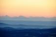 Vím, že bych měl podle ledovce poznat alespoň známý Dachstein, ale kde přesně leží nejsem schopen určit. Pohled k jihu ukazuje v tupém úhlu jeden hřbet za druhým.
