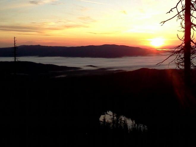 Mlhy nad dolinami Lipna a jeho okolí jsou opravdu krásné, pořád se mi honí hlavou o co přicházím svojí blbostí, kdy jsem pořádně nedobil baterii. Asi se budu muset opravdu vrátit ...