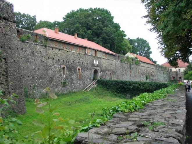 Dostáváme se k Užhorodskému hradu. Někde v příkopu je schovaná hospoda, té jsme si bohužel nevšimli.