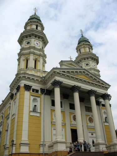 Jinou cestou se vracíme zpět do centra. Na snímku mohutná řeckokatolická katedrála.