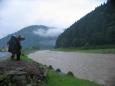 Koločava: Místní se snaží přivolat krávy na druhé straně řeky.