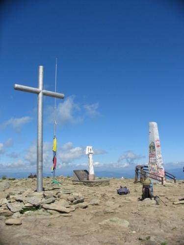 Na vrcholu Hoverly je pár památníků a vlajky.
