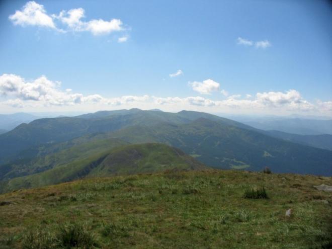 Hřeben Čornohory se táhne 20 km dále na jihovýchod. Na snímku je patrně schovaný Brebeneskul (2037 m) a na konci hřebene Pop Ivan neboli Čornohora (2022 m), další 2 nejvyšší ukrajinské vrcholy.