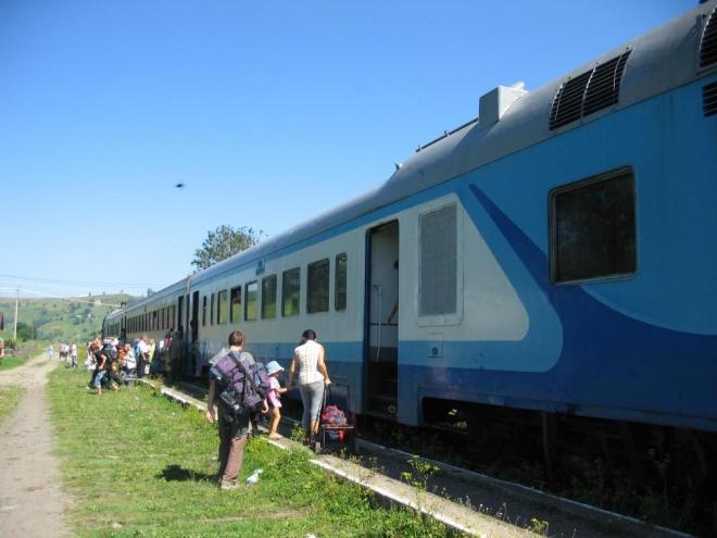 Zvenku vypadá vlak celkem nově, ale uvnitř jako bychom se přenesli do jiné doby.