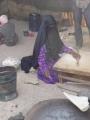 Žena v burce peče chleba