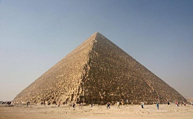 Cheopsova pyramida (největší) v Gíze
