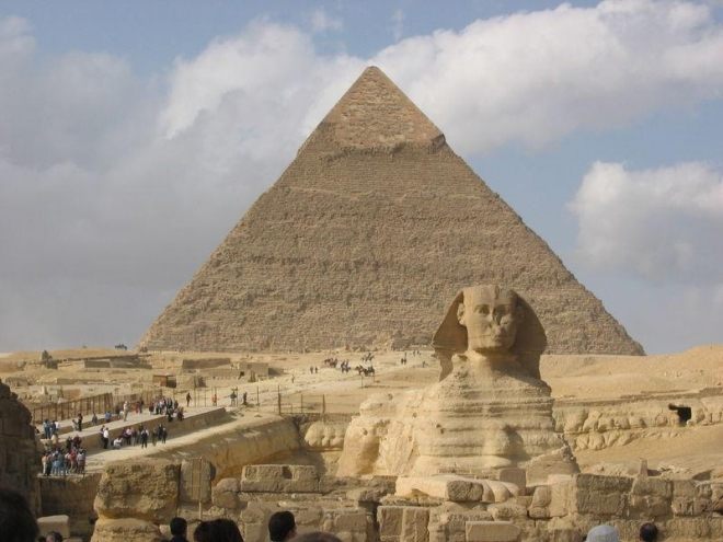 Ráchefova pyramida se sfingou (lví tělo, lidská hlava)