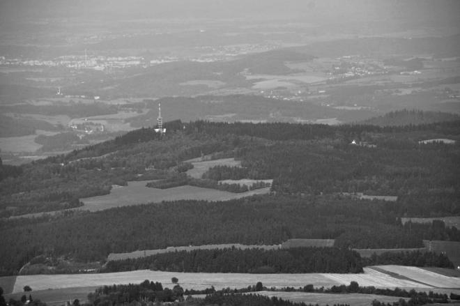 Mařský vrch je z Boubínu(1 362m) jen nepatrným kopečkem. V pozadí Strakonice.