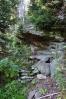 Pod vrcholem je i malý přírodní převis, kde jde nouzově v suchu přenocovat.
