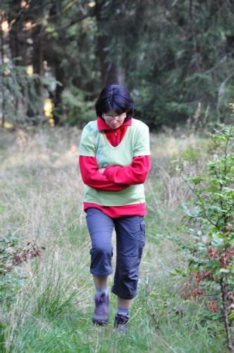 Lena si přes rudou mikinu přetáhla zelené triko, to aby jelen třímetrovým skokem nepřekonal bariéru ohrady a nepustil se za ní!