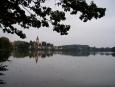 Proč se rybníku říká Podkostelní, vidíte sami. Škoda dnešního plechového nebe. Ten tyhle fotky spolehlivě zabíjí.