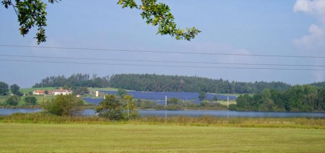 """Krajina rybníků je dnes obšťastněna černými plochami tabulí k výrobě """"ekologické"""" sluneční energie. Zdálky ani nepoznáte, že se nedíváte na rybník."""
