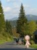 Podél trati jdeme Kořenovem a snažíme se nepřekročit tu třicítku. V dáli se usmívá krkonošská Čertova hora se sjezdovkami.