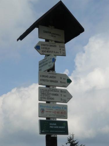 Rozcestník u vrcholu Smrku. Ke druhé lavičce jen 3 km.