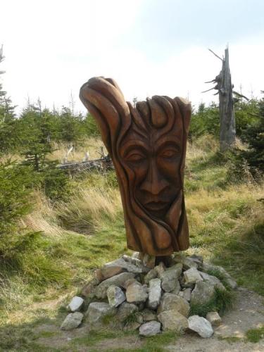 Dřevěná tvář hned u rozhledny nám jakoby ukazuje palec nahoru.