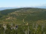 Smědavská hora. Zřetelně je vidět cesta po vrstevnici, která jde skoro po celém obvodu hory.