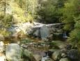 Potok je hodně kamenitý