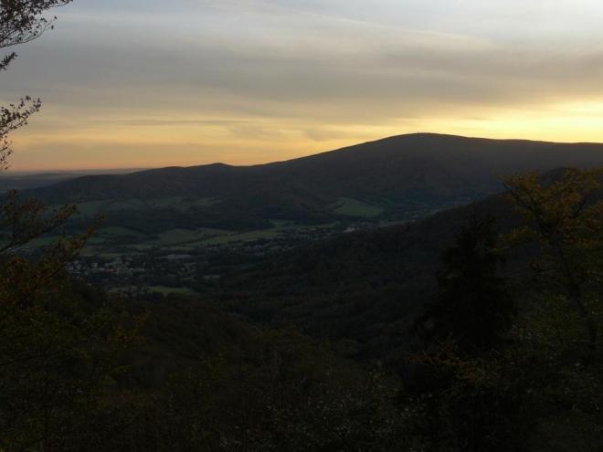 Údolí se ještě noří do stínů.