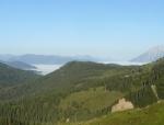 Údolí na severním konci Alp jsou zalita mlhou.