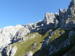 Skalnaté strmé jižní úbočí hory