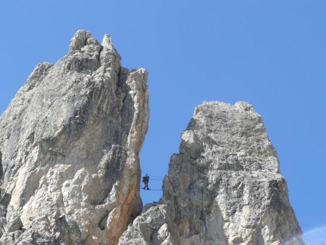 Krátky lanový most na ferratě, skalnatý hřeben ale padá na obě strany dost prudce.