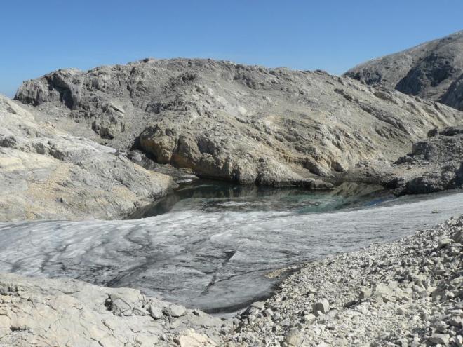 Jeden z malých zbytečků ledovce, který už tu za pár let nejspíš nebude. Bojíme se, že je poslední, takže led už neuvidíme a taťka vzpomíná, jak tu před onoho lety chodil po ledovci ...
