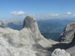 Osamocená skála Torsäule (2651 m) je oblíbeným cílem horolezců. Ze strany, která není na této fotce vidět, je prý horolezecká trojka, jinak bude výstup o dost těžší.