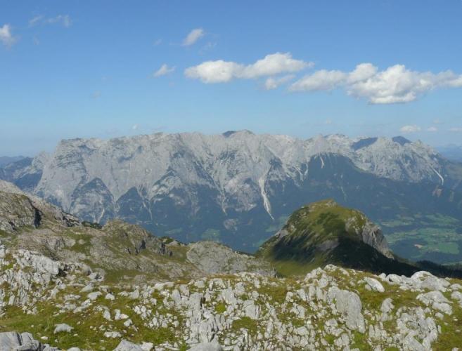 Skupina Tennengebirge nabízí na pohled zcela rovný hřeben. Skutečně se tam výšky vrcholů moc neliší.