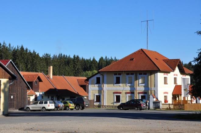 Arnoštov je jen několik rozptýlených stavení s občas fungujícím Zájezdním hostincem. Parkujeme na jeho konci, u turistické mapy.