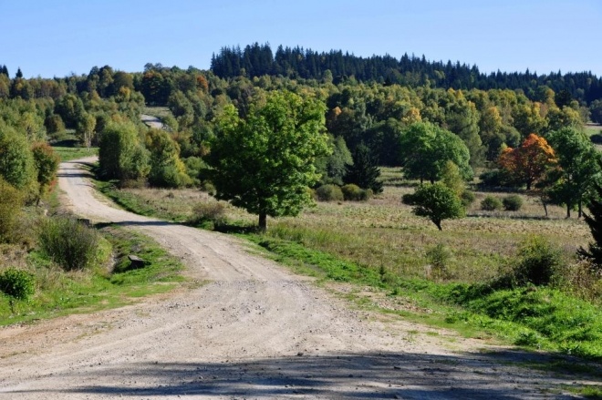 Cesta k Ondřejovu, Ktiši a Tisovce je hodně používaná. Tady již můžete snadno na vojsko narazit. Dokonce i na tanky. Dnes je ale neděle a tak se necvičí.