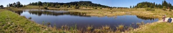 Panorama sice trošku zdeformovalo hráz rybníka, ale jeho usazení v hornaté krajině lze dobře vyčíst.