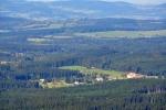 Z vrcholu dělám panoramatické fota 360°, zde je pouze Arnoštov, zoomem přitažený cíl naší cesty.