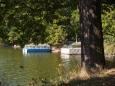 Stanoviště lodě u hráze rybníka Svět. Cestu kolem Světa jsme nepodnikli, ale vy se můžete na ni po značené stezce vydat.