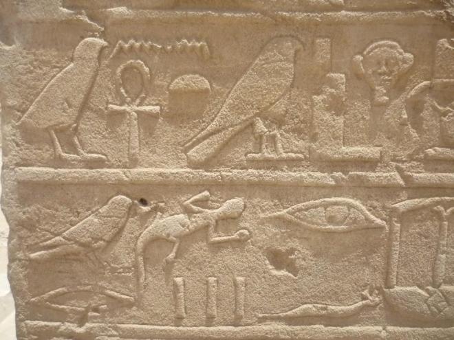 Výjevy na zdech chrámu