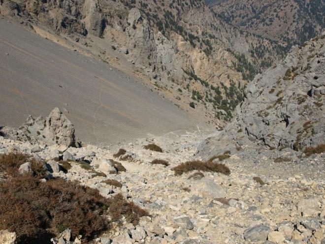jiný pohled na cikcakovou stezku do sedla a ohromné suťovisko pod Strifodmahi