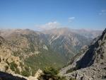rokle Samarie a nad ní nejvyšší vrchol Levka Ori Pachnes 2453 mnm