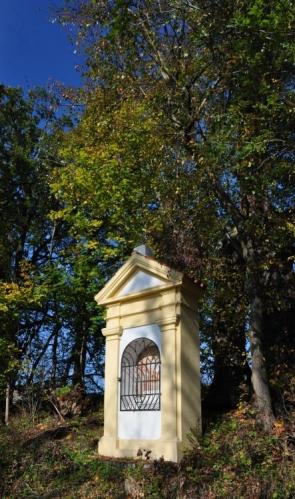 Kaplička u rybníka Myslivna.