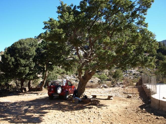 k této nádrži lze dojet autem, dál je už jen stezka mezi horami až na chatu Kalerghi - 16 až 20 hodin chůze