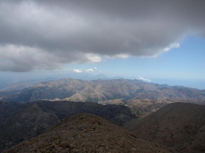 jižní pobřeží a  vykukující Psiloritis, hory ve střední Krétě