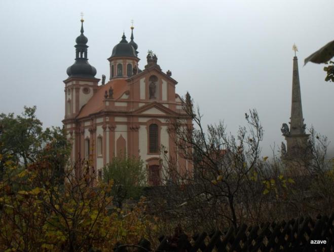 kostel Nejsvětější trojice v mlze