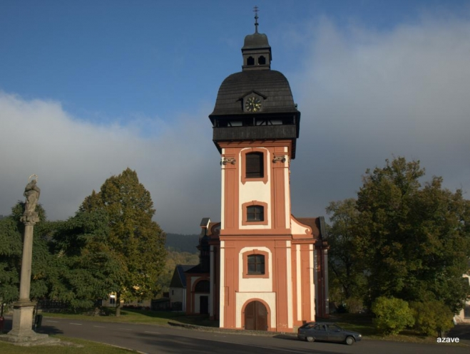 kostel na náměstí s přesně jdoucími hodinami