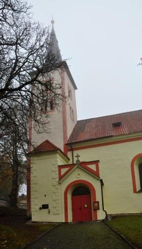 Kostel Stětí sv. Jana Křtitele z počátku 13. století je nejcennější památkou v obci.