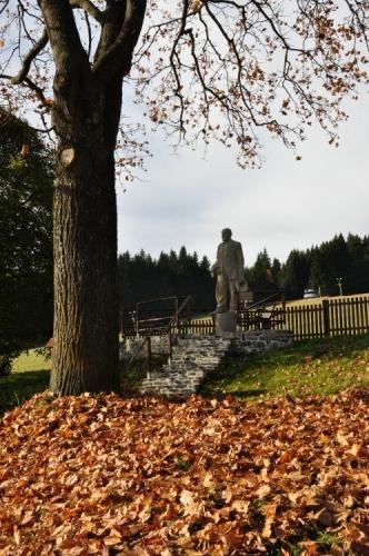 Socha spisovatele Karla Klostermanna byla přemístěna na nové místo.