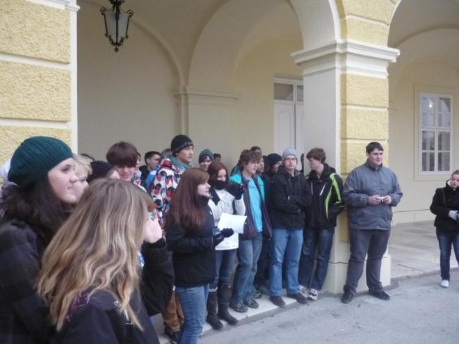 Studenti poslouchají referát