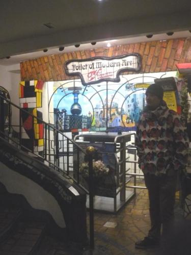 Vstup na záchody Hundertwassera